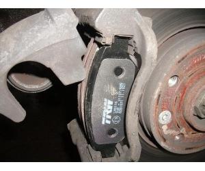 Заменить передние тормозные колодки