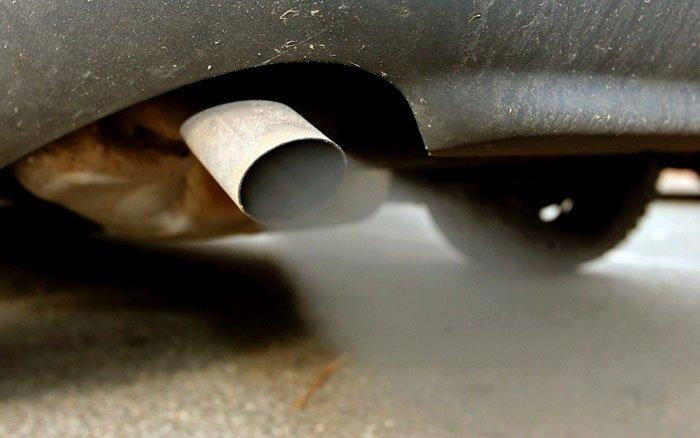 Белый дым из выхлопной трубы: что может служить причиной его появления?